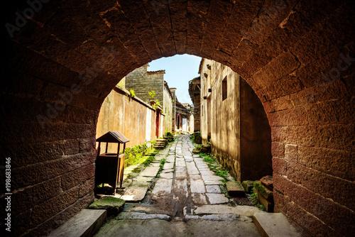 Foto op Plexiglas Smal steegje Country alley path