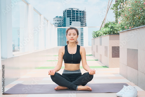 Foto op Aluminium School de yoga Young asian woman in sport wear doing sports outdoors