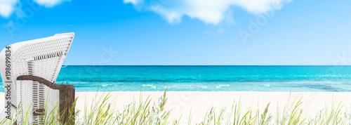Leinwanddruck Bild strandkorb am leeren ostseestrand