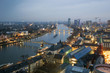 Festlich beleuchtete Mainbrücken von Frankfurt in der Weihnachtszeit mit fahrendem Schiff