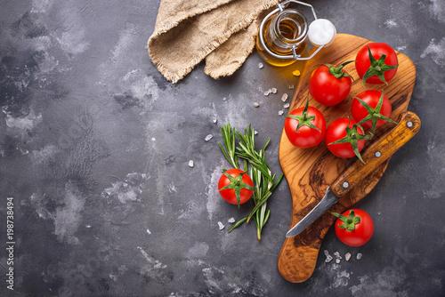 Świezi czereśniowi pomidory na szarość stole