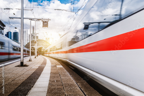 Züge in Bewegung am Frankfurter Bahnhof