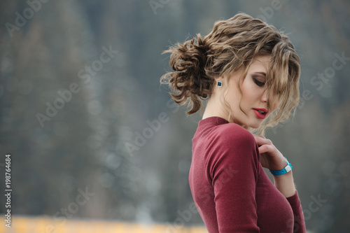Foto op Plexiglas Kapsalon Woman with curly hairstyle at winter