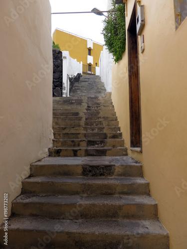 Foto op Plexiglas Smal steegje Treppe durch eine enge Gasse von Porto Naos