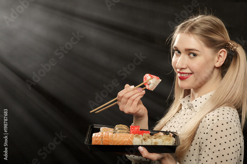 Foto op Plexiglas Sushi bar woman with sushi