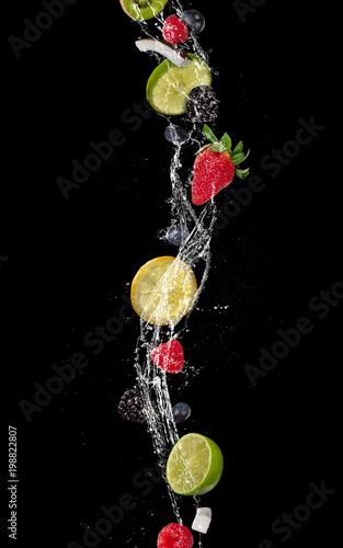 kawalki-owocow-w-plusk-wody-samodzielnie-na-czarno
