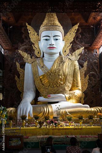 Fotobehang Boeddha Buddha in der Ngadatkyi Pagode