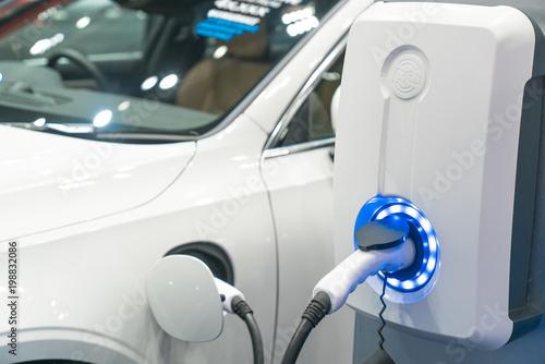 Ładowanie nowoczesnego samochodu elektrycznego na ulicy, które są przyszłością samochodu