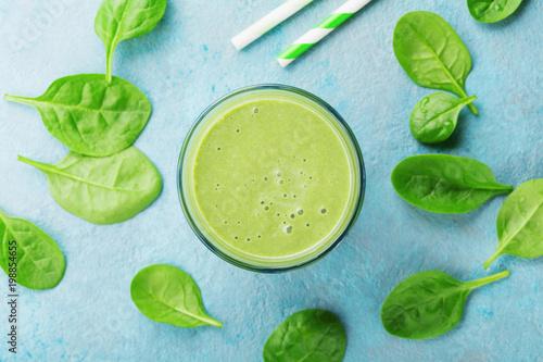 Zielony szpinaka smoothie na błękitnym stołowym odgórnym widoku. Detox i dieta jedzenie na śniadanie.