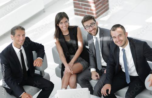 portret uśmiechniętego zespołu biznesowego siedzi w holu urzędu