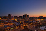 Stadt bei Sonnenaufgang