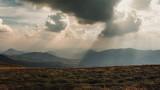 Bieszczady, promienie słońca przebijające się przez chmury, widok z Szerokiego Wierchu