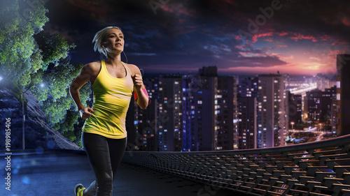 Aluminium Hardlopen Woman running outdoors on the night town