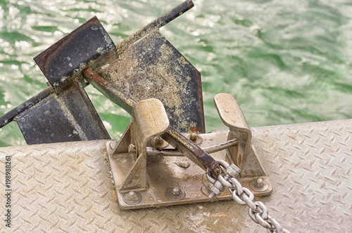Foto op Plexiglas Schip Anchor and mechanism for lifting the anchor with a metal chain
