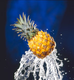 Ananas auf spritzendem Wasser