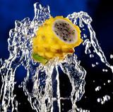 Gelbe Pitahaya auf spritzendem Wasser