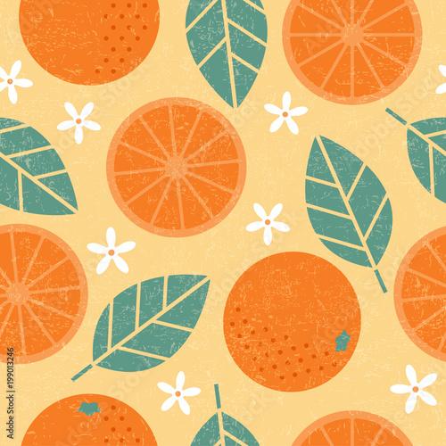 Bezszwowy wzór. Pomarańczowe soczyste owoc liście i kwiaty na podławym tle.