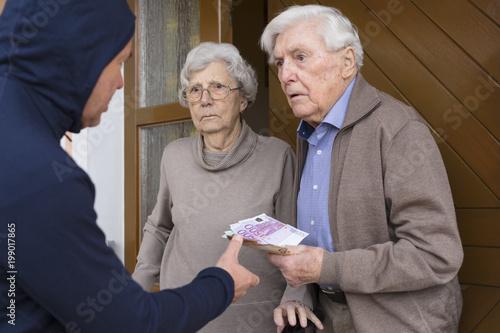 Foto Murales Enkeltrick Seniorenpaar übergibt Geld