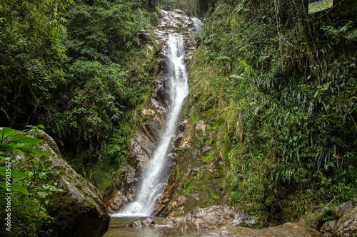 Siklawa w tropikalnym lesie blisko Medellin, Antioquia, Kolumbia