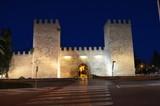 Alcudia, brama Sant Sebastian do starego miasta w nocy, Majorka
