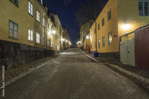 Foto op Canvas Stockholm Gamla fina bostadshus på Yttersta tvärgrånd på natten