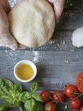 preparare a mano la pasta di pizza - 199098074