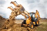 Prace ziemne  na budowie wykonywane koparką - 199113486