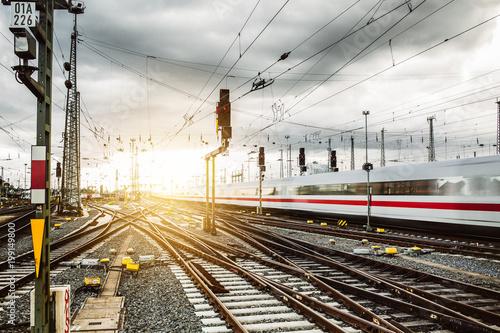 Fototapeta Zug verlässt Frankfurter Bahnhof