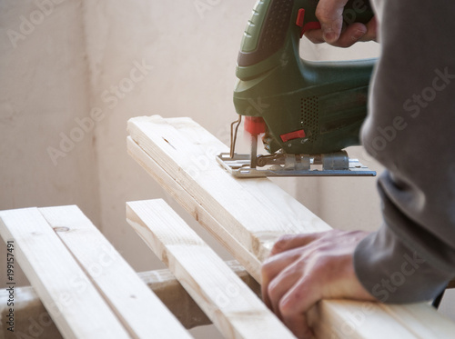 Rzemieślnik ciie drewnianą deskę