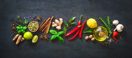 Fresh aromatic herbs and spices for cooking © Alexander Raths