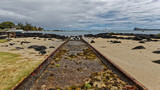 Rails sur la plage, vers l'océan