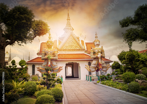 Canvas Bangkok beautiful landscape of wat arun temple important landmark and traveling destinaton in bangkok thailand