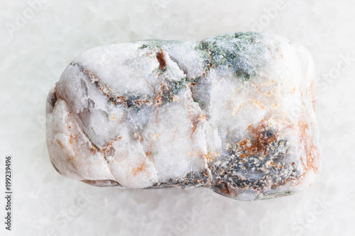 marmurkowy kamień marmurowy na białym marmurze