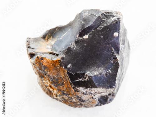 surowy czarny krzemienny kamień na białym marmurze
