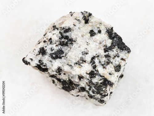 surowy biały granitowy kamień na bielu
