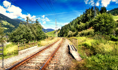 In de dag Spoorlijn veduta di binari ferroviari in montagna