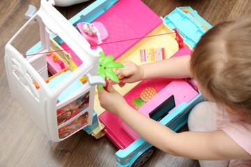Mała dziewczynka bawi się zabawkami.