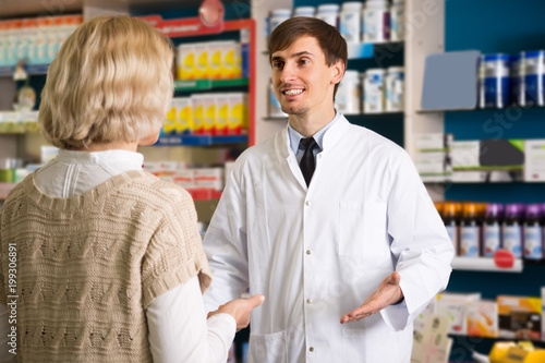 Plexiglas Apotheek blond female client buys drugs