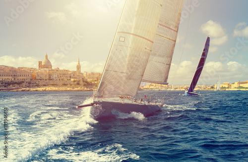 Jacht żaglowy w słońcu. Regaty żeglarskie. Żeglarstwo