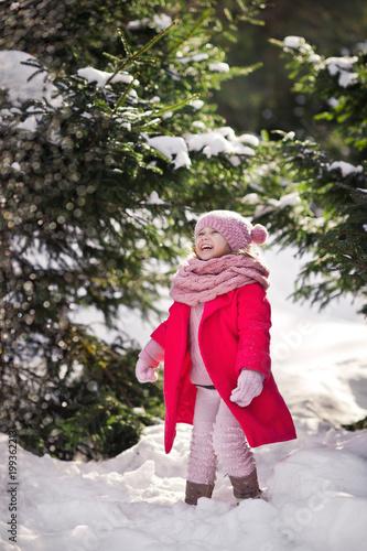 Portret dziecka przez lśniące płatki śniegu spadające z drzew 957.