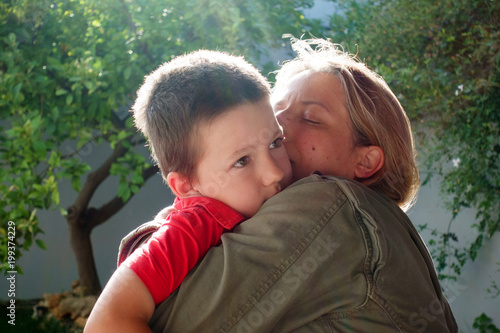 Foto Murales Mother kissing her son