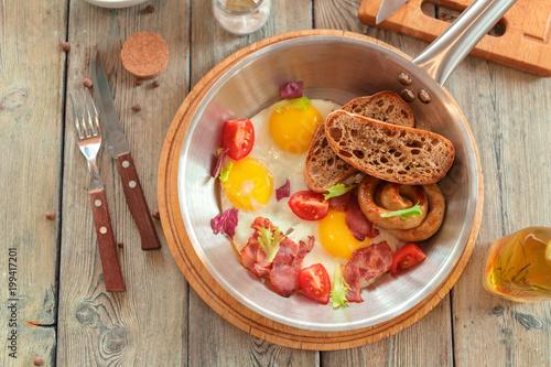 Jajecznica na drewnianym stole