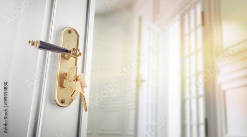 Altbauwohnung mit offener Tür im Sonnenlicht