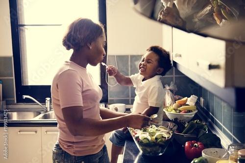 Dziecko karmienia mama w kuchni