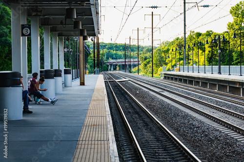 In de dag Spoorlijn Baltimore Train Station with green trees