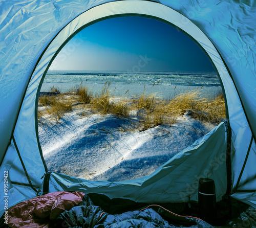 Obozować na plaży w zimie przy morzem