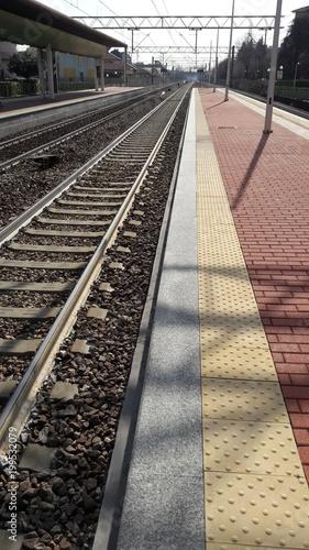 In de dag Spoorlijn Stazioni di treni in prospettiva