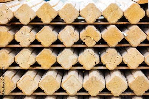 Foto op Aluminium Brandhout textuur Słupki i kształtki drewniane przygotowane do wysyłki w zakładzie produkcyjnym