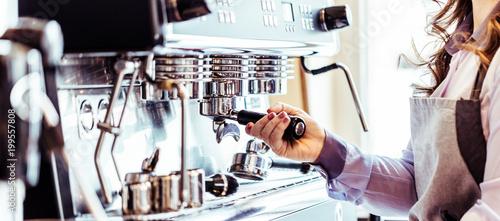 Barista bei der Kaffe Zubereitung - 199557808