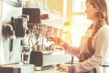 Barista bei der Kaffe Zubereitung - 199558458